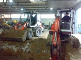 Odkopywanie instalacji w hali produkcyjnej