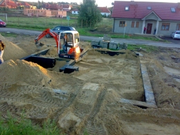 Zasypywanie fundamentów domku jednorodzinnego