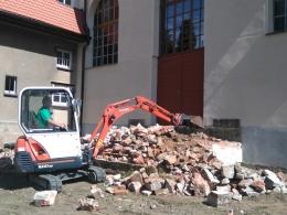 Rozbiórka schodów kościoła (minikoparka Kubota KX-41)
