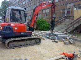 Skuwanie schodów betonowych minikoparką Kubota KX-161