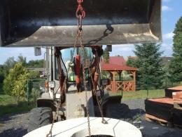 Osadzanie wieka studni ładowarką Atlas AR65